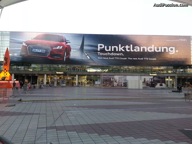 publicite-geante-audi-tts-coupe-aeroport-munich