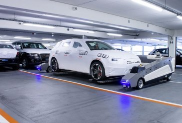 Des robots déplacent les voitures dans l'usine Audi
