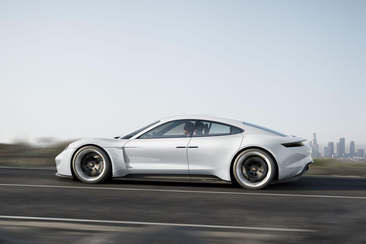 IAA 2015 - Porsche Mission E : 600 ch, 500 km d'autonomie, recharge en 15 min