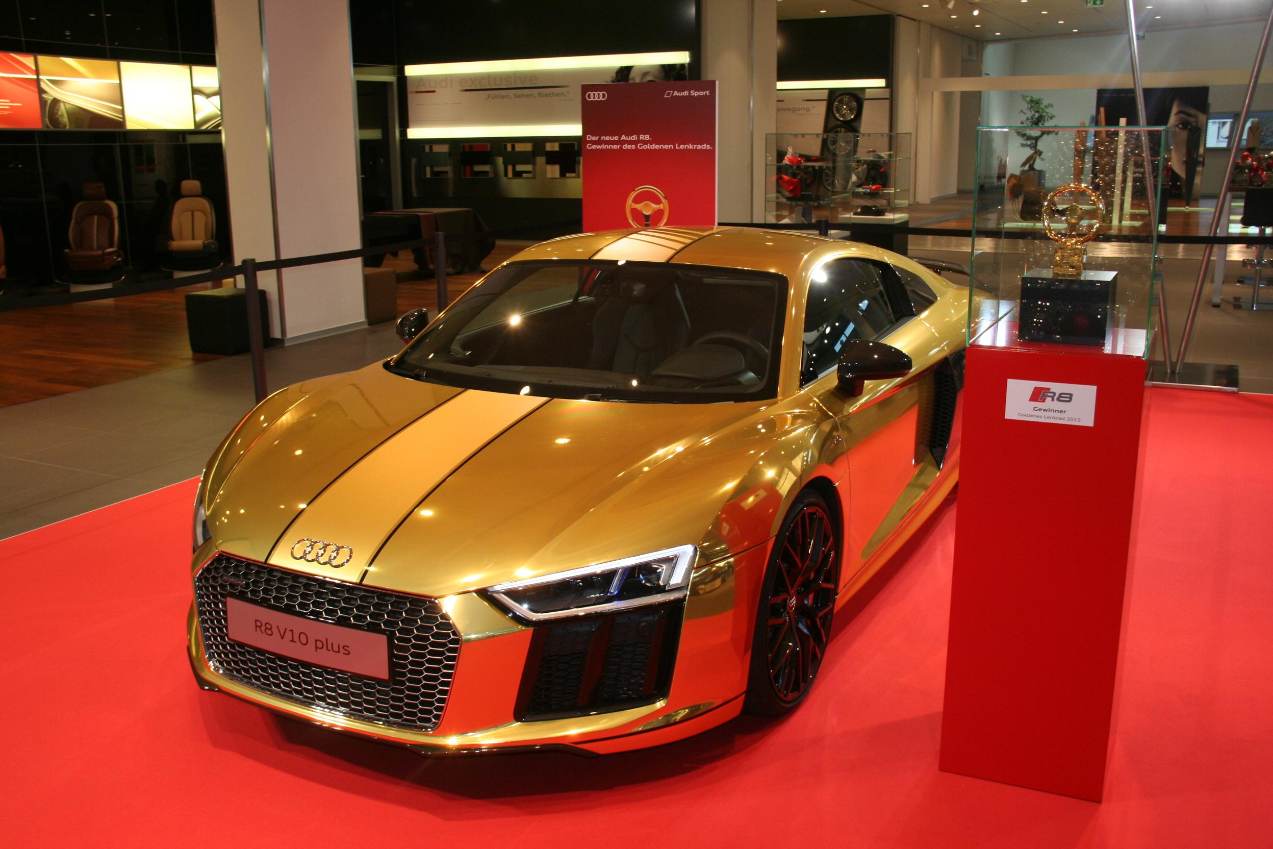 Une Audi R8 V10 plus en or à l'Audi Forum Neckarsulm - Récompense Volant d'or 2015