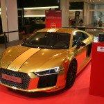 Une Audi R8 V10 plus en or à l'Audi Forum Neckarsulm – Récompense Volant d'or 2015