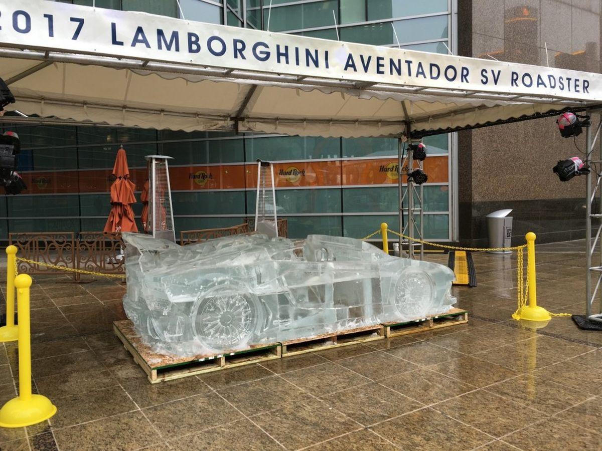 Des voitures taillées dans la glace dans les rues de Detroit - Audi, Lamborghini, Bugatti