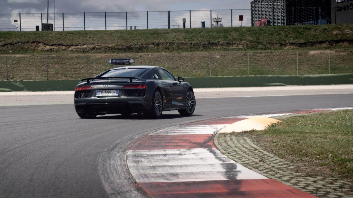 Vidéo - Audi Italia embauche d'une drôle de manière à bord d'une Audi R8 V10 plus sur circuit