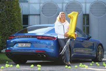 La joueuse de Tennis Angelique Kerber découvre la nouvelle Porsche Panamera Turbo