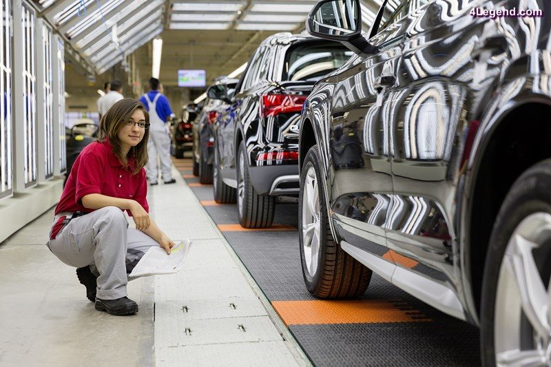 An employee in Assembly in the Audi plant in San José Chiapa makes a last quality check at the finish line.