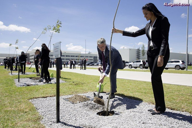 Audi Mexiko: The members of the AUDI AG board and the board of management of Audi México plant trees together with politicians and Audi employees.© AUDI AG