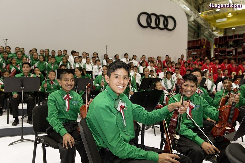 Audi Mexiko: During the inauguration event in San José Chiapa, the Orquesta Audi México with its over 200 children played some songs. They receive a professional musical education. © AUDI AG