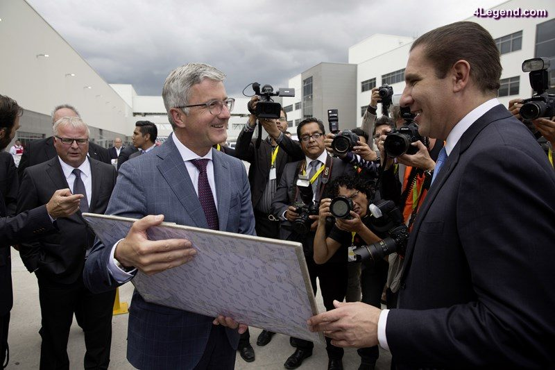 Audi Mexiko: Rupert Stadler receives a gift from the Governor of Puebla, Rafael Mroeno Valle. © AUDI AG