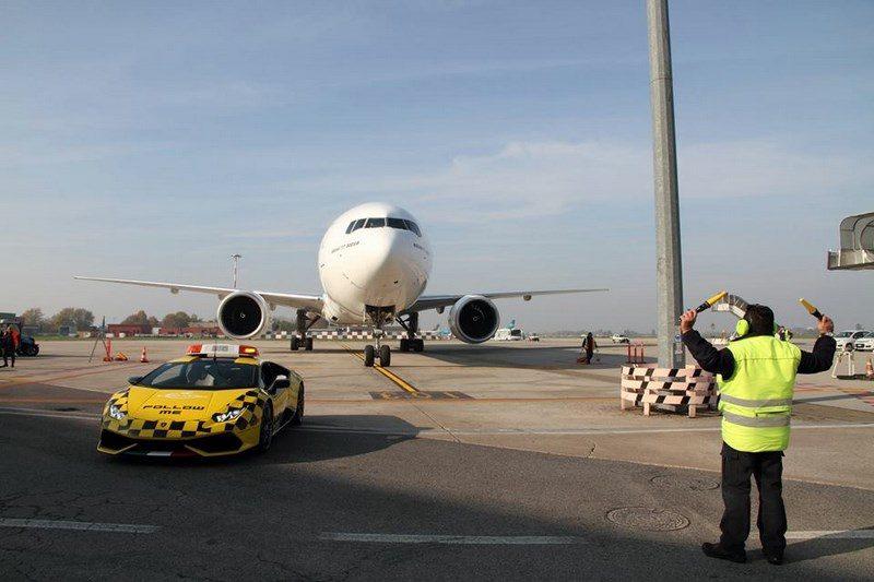 lamborghini-huracan-follow-me-car-aeroport-bologne-003
