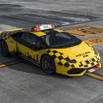 Une Lamborghini Huracán à l'aéroport de Bologne comme voiture de piste