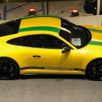 Un jeune pilote de 13 ans reçoit une Porsche 911 R aux couleurs du Brésil en hommage à Ayrton Senna