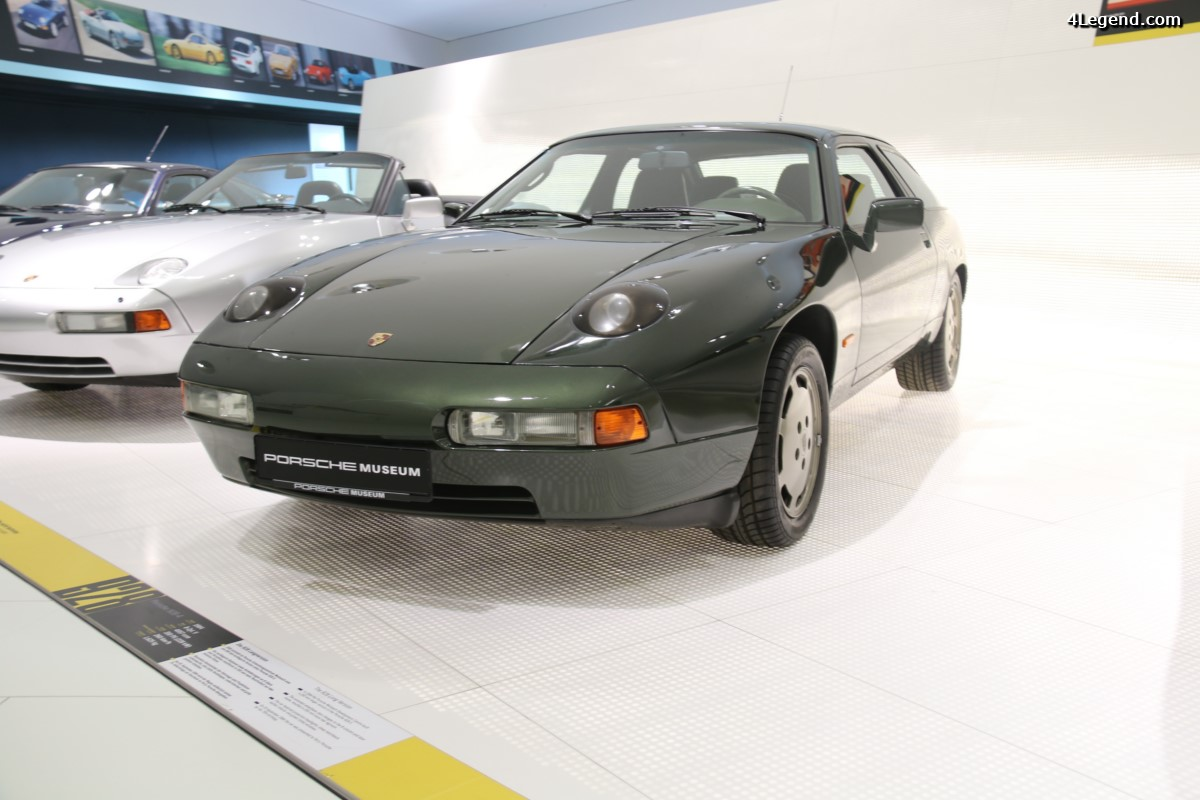 Exposition de la Porsche 928-4 longue à 4 places de 1984 de Ferry Porsche au salon Rétromobile 2017