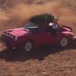 Vidéo – Le Père Noël conduit une Porsche 911 Safari et livre même le sapin de Noël
