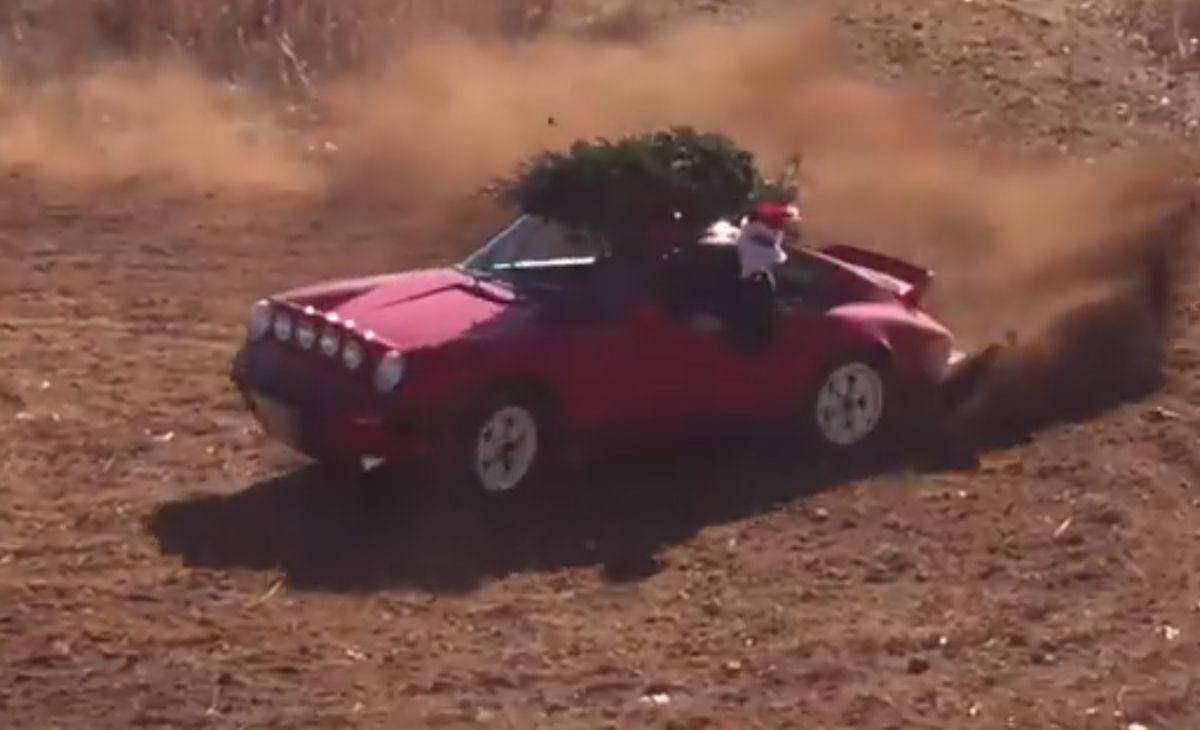 Vidéo - Le Père Noël conduit une Porsche 911 Safari et livre même le sapin de Noël