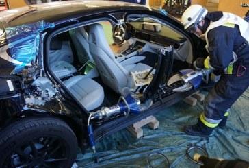 Exercice de désincarcération sur une nouvelle Porsche Panamera pour les pompiers de Nuremberg