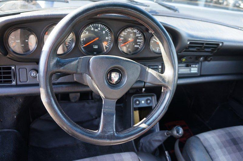 pisode 1 restauration d 39 une porsche 911 carrera 3 2 clubsport de 1988 par le centre porsche. Black Bedroom Furniture Sets. Home Design Ideas