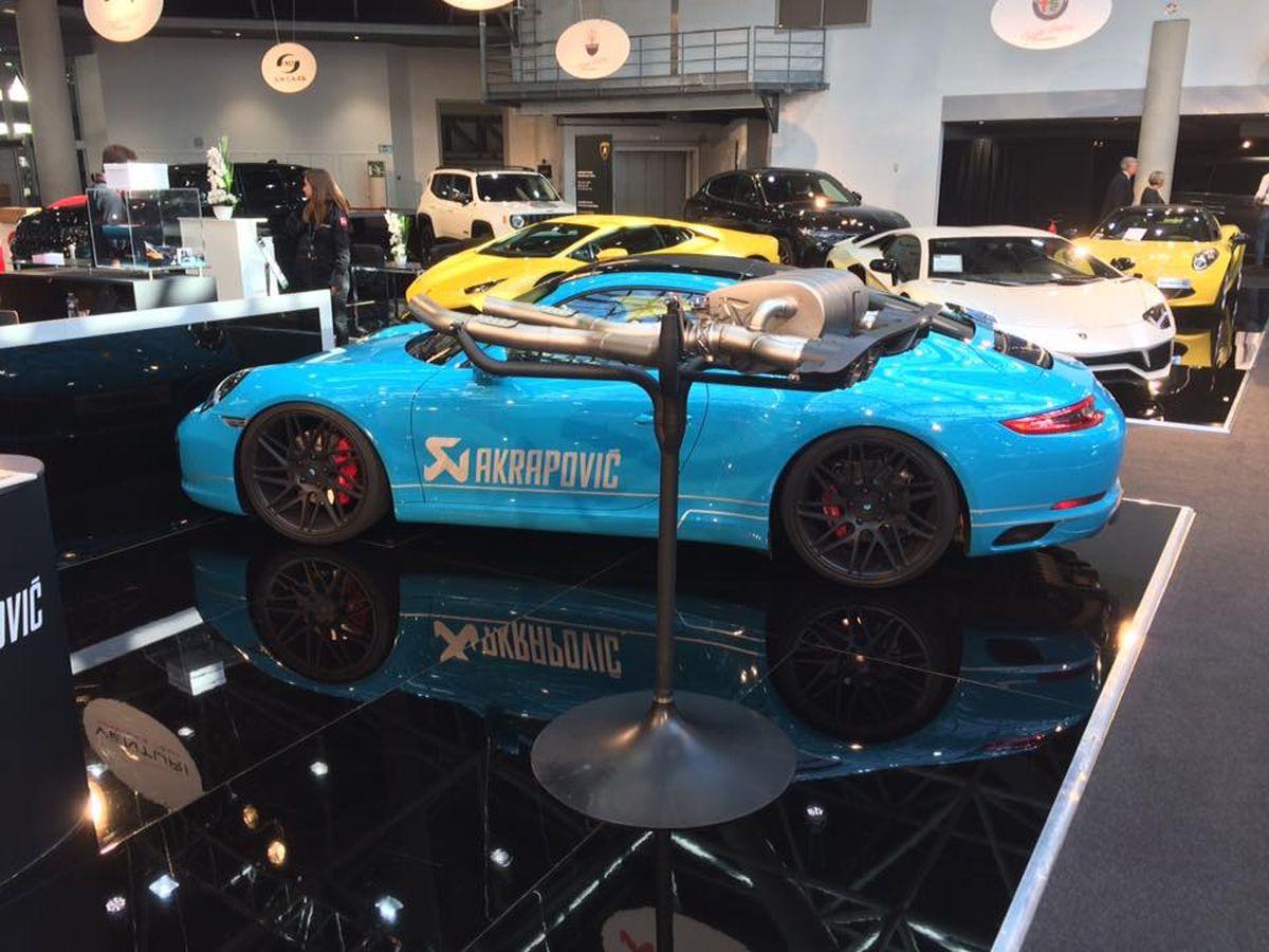 Top Marques 2017 - Stand Akrapovic avec une Porsche 911 Carrera S Coupé de 2016 et une McLaren 540 C
