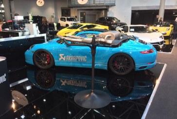 Top Marques 2017 – Stand Akrapovic avec une Porsche 911 Carrera S Coupé de 2016 et une McLaren 540 C