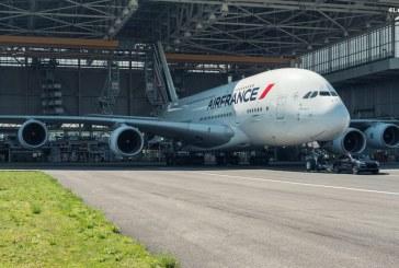 Vidéo d'un Porsche Cayenne qui tracte un avion Airbus A380 d'Air France de 285 tonnes