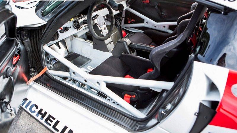 vid o d une porsche 911 gt1 de course pouvant rouler l galement sur la route pour aller. Black Bedroom Furniture Sets. Home Design Ideas