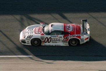 Vidéo d'une Porsche 911 GT1 de course pouvant rouler légalement sur la route pour aller à Goodwood