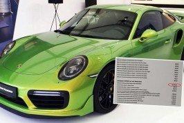 Porsche Exclusive dévoile une peinture vert Python Chromaflair au prix de 82 645,50 euros sur une Porsche 911 Turbo S