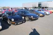 Automedon 2017 – Un grand nombre de Porsche sur le parking extérieur aux côté d'un VW Iltis et d'une Auto Union 1000 S