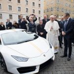 Automobili Lamborghini a fait don d'une Huracán personnalisée au Pape François qui sera mise aux enchères pour une bonne action