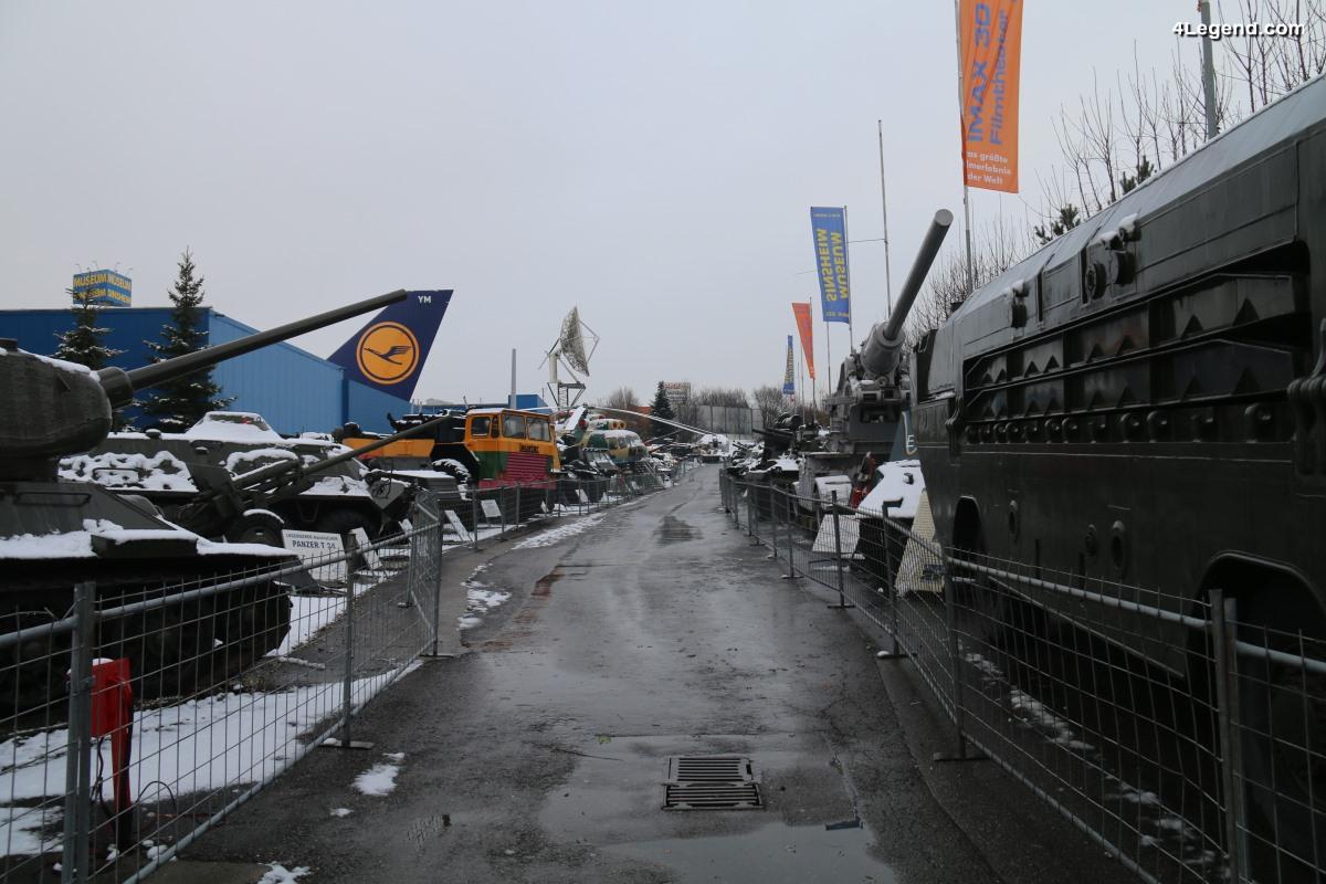Visite de l'Auto & Technik Museum Sinsheim - Exposition extérieure de blindés et d'un Canadair