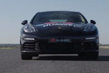 Huawei dévoile une Porsche Panamera pilotée par un smartphone doté d'intelligence artificielle
