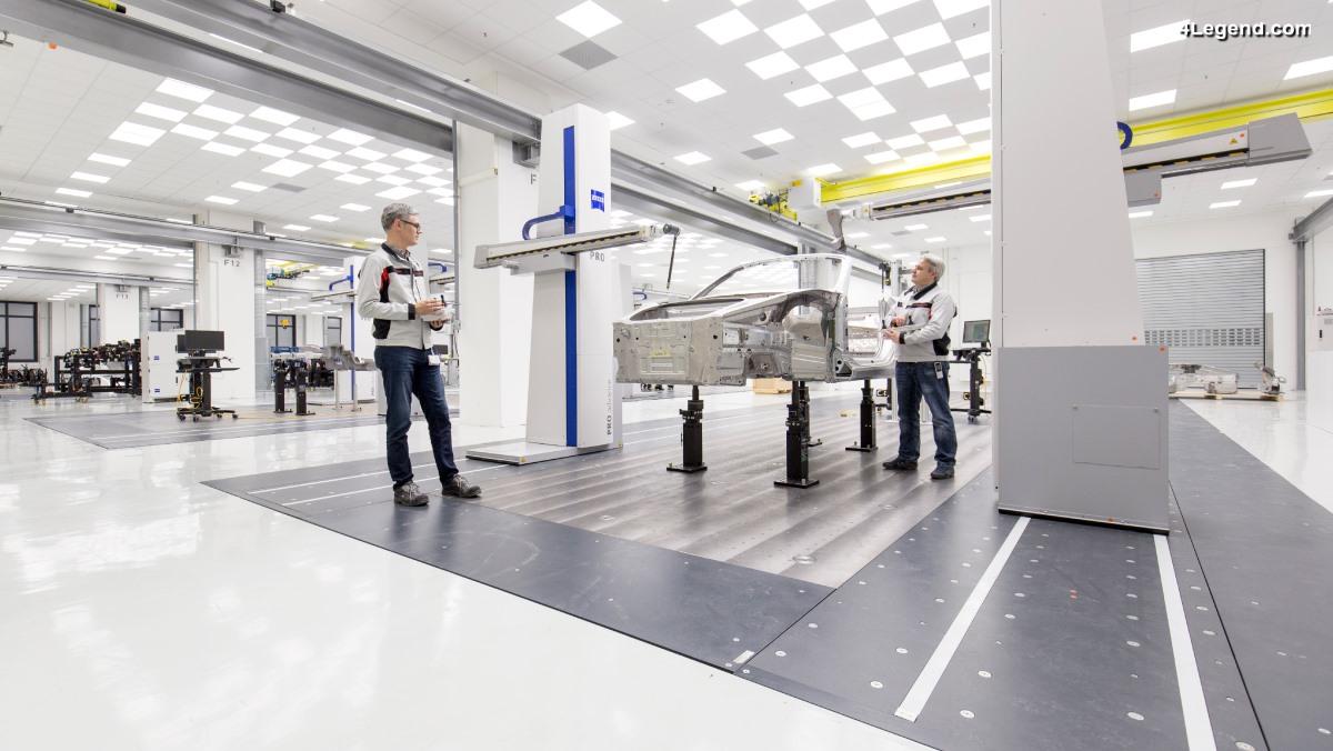Mesures ultra-précises à la recherche de le perfection lors de la construction d'une Porsche
