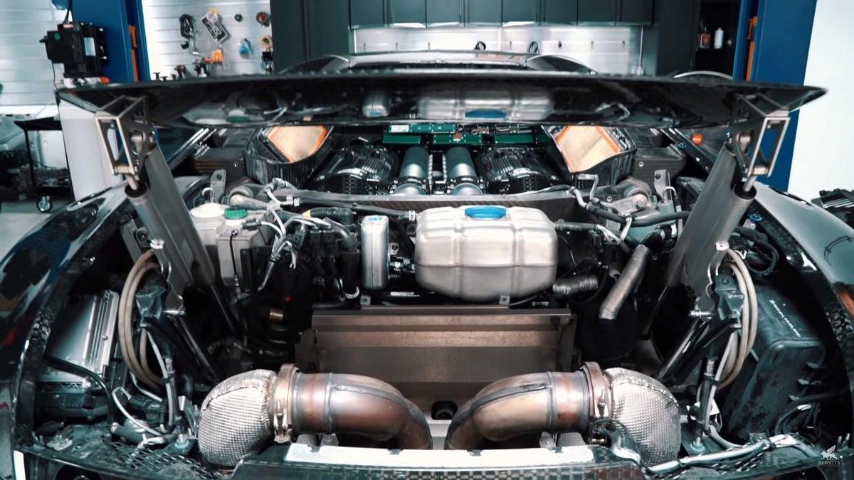Les étapes d'entretien et de la vidange d'une Bugatti Veyron Mansory Vivere