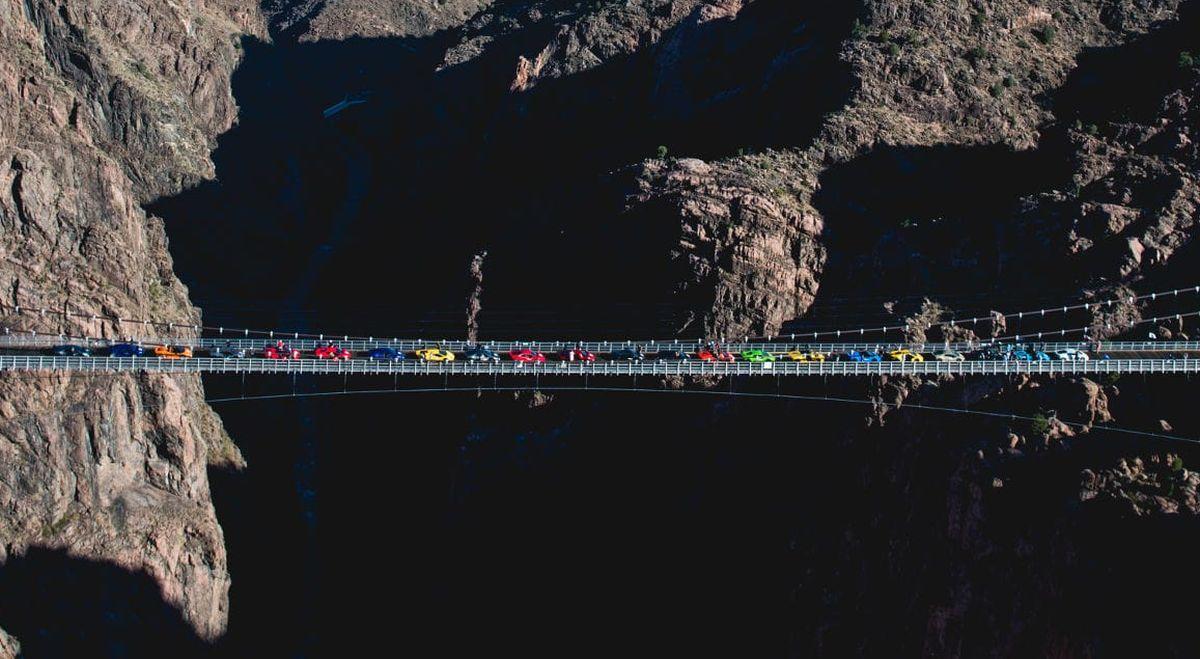 Un défilé coloré de modèles Lamborghini sur un pont à 286 mètres de hauteur