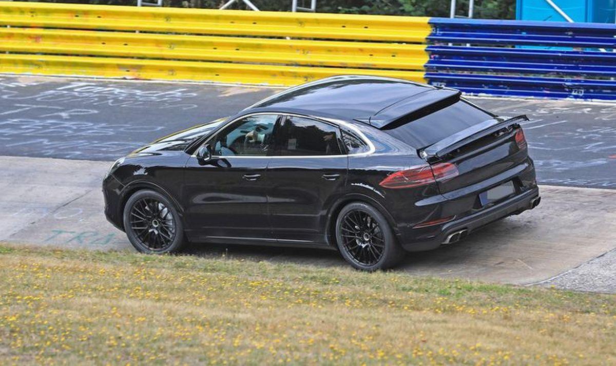 Spyshots Porsche Cayenne Coupé sur le Nürburgring avec son aileron déployé