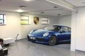 Une Porsche 911 en illusion d'optique dans un garage d'un passionné