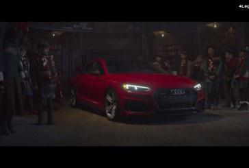 Métamorphose du Père Noël échangeant son traineau pour une Audi RS 5 Sportback rouge