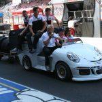 Mini Porsche 911 GT3 électriques pour le transport de pneus en Porsche Mobil 1 Supercup