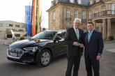 Le ministre-président du Bade-Wurtemberg, M. Kretschmann, essaye une Audi e-tron