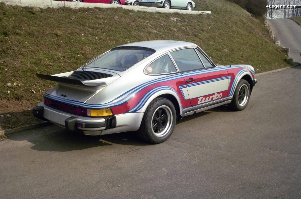 Porsche 911 Turbo de 1976 avec une livrée Martini Racing