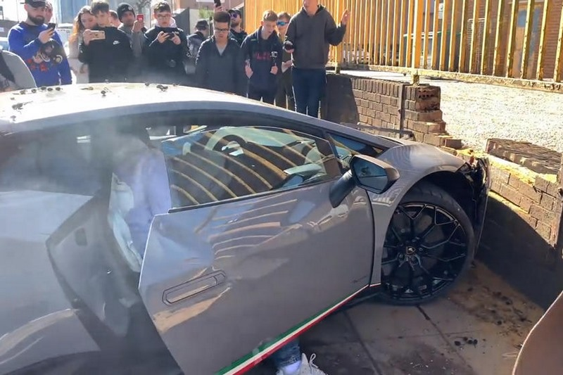 Il se plante avec sa Lamborghini en voulant faire le malin