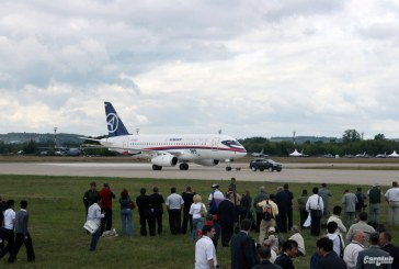 Un avion Sukhoi Superjet 100 tiré par un Audi Q7 V12 TDI
