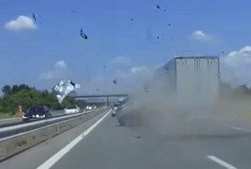 Accident impressionnant d'une Audi A1 sur autoroute