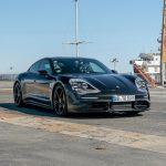 Le Porsche Taycan fait un 0-145-0 km/h sur le pont d'un porte-avions
