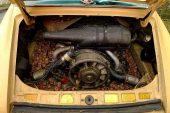 Une Porsche 911 Targa 2.7 de 1974 remplie de noix dans son compartiment moteur