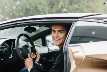La star de football de la Juventus - Paulo Dybala - en visite chez Lamborghini