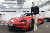 Première récupération d'usine d'un Porsche Taycan à Zuffenhausen