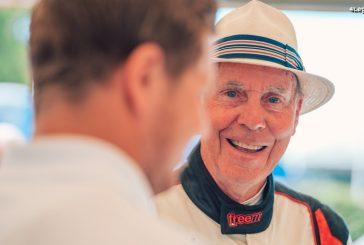 Porsche félicite le pilote automobile Richard Attwood pour son 80ème anniversaire