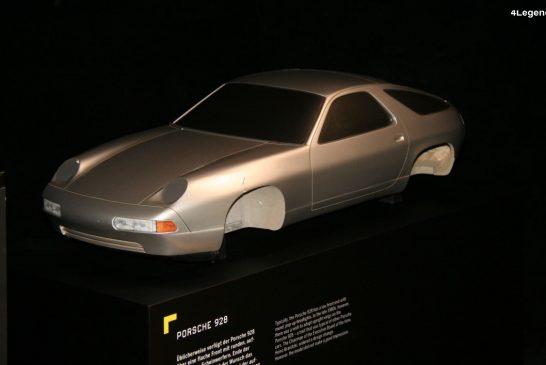 Étude d'une Porsche 928 à ailes droites et à phares fixes type 911