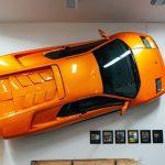 Vente de l'ancienne Lamborghini Diablo VT accrochée au mur du musée